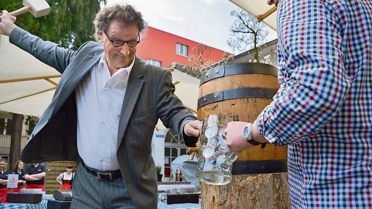 Geri Müller beim Anzapfen, es ist Bierfest.