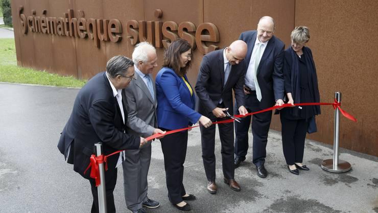 Bundesrat Alain Berset durchschneidet ds Band anlässlich der Eröffnung des Forschungs- und Archivierungszentrum der Cinémathèque suisse.