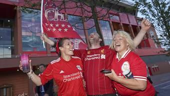 Liverpool ist erstmals seit 30 Jahren wieder englischer Meister: Die Fans feiern vor dem Stadion die Niederlage von Manchester City gegen Chelsea