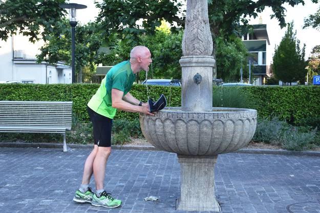 Simon Schmid trifft in Brugg ein - und kühlt sich zuerst am Brunnen ab