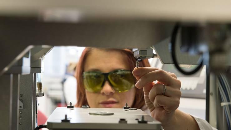 Eine Straumann-Mitarbeiterin in Villeret nimmt eine optische und elektronische Kontrolle eines Implantats vor. ZVG