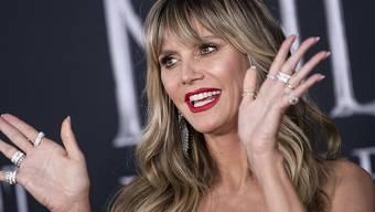 Publikumswirksam tritt das Model Heidi Klum zur Verkleidung für ihre diesjährige Halloween-Party in einem New Yorker Schaufenster auf. Bis das mehrstündige Styling beendet ist, bleibt ihr Outfit geheim. (Archivbild)