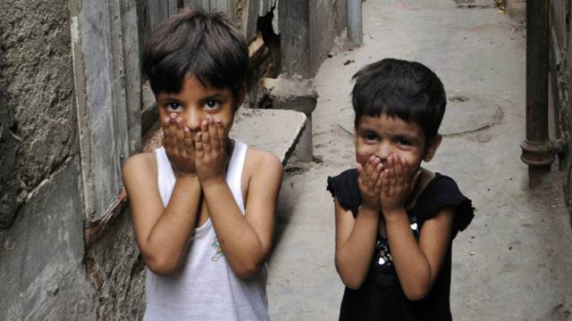 Kinder posieren in Indien für ein Foto (Archiv)