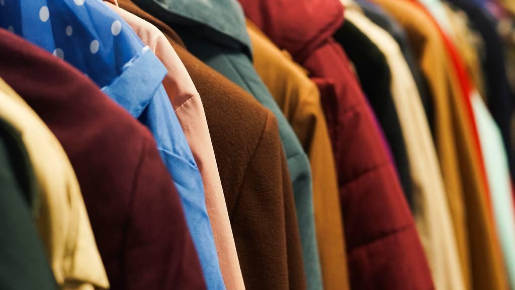 Schweizer Mädchen klauen Jacken und bedrohen Mann