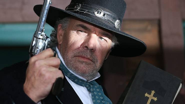 """Christian Kohlund als bad guy Burton in der Karl-May-Verfilmung """"Unter Geiern"""" im März 2014 in Bad Segeberg (Archiv)."""