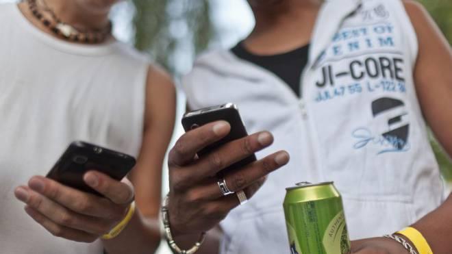 Kaum Kontrollen: Die Bestellung Jugendlicher von Alkoholika nimmt im Internet zu. Foto: Martin Rütschi/Keystone