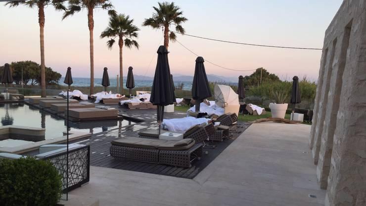 Die Hotelgäste mussten die Nacht im Freien auf Liegestühlen verbringen.