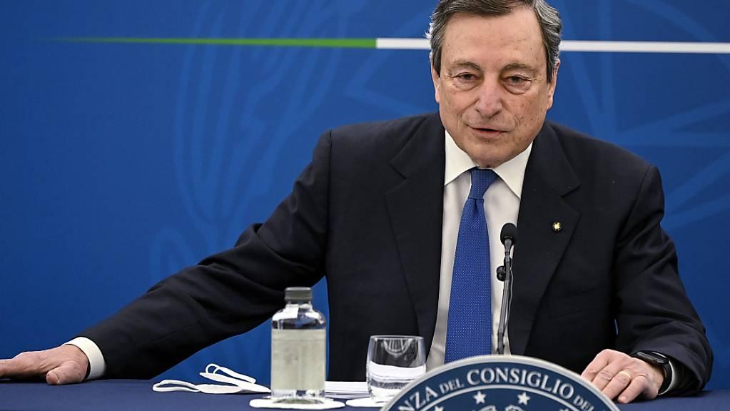 Der italienische Premierminister Mario Draghi spricht bei einer Pressekonferenz zum Corona-Impfplan. Foto: Riccardo Antimiani/Pool Ansa/AP/dpa