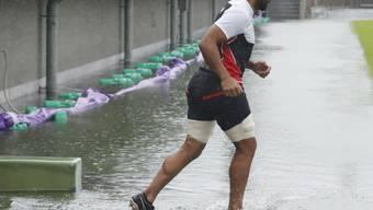 """Der japanische Rugby-Spieler Michael Leitch trainiert in Tokio auf einem von Taifun """"Hagibis"""" überfluteten Spielfeld. (Archivbild)"""