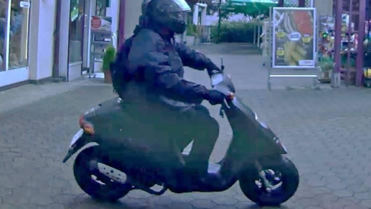 Fahndungsfoto mit dem Kleinmotorrad, das der Bankräuber in Oberdorf BL als Fluchtfahrzeug verwendete. (2)