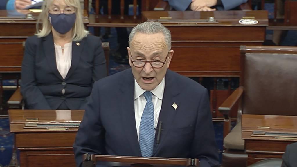 Dieses vom US-Senat zur Verfügung gestellte Videostandbild zeigt Chuck Schumer, Minderheitsführer der Demokraten im Senat, der vor dem Senat spricht.