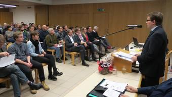 Regierungsrat Urs Hofmann (sitzend, Fünfter von rechts) war von Ammann Roger Lehner (ganz rechts) an die letzte Attelwiler Gmeind geladen worden.