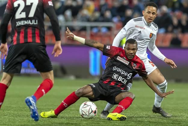 Der FC Basel gewinnt gegen Xamax und Serey Die mit 2:0.