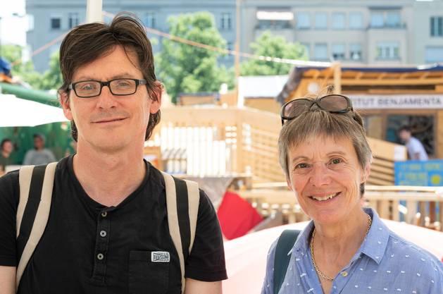 Literaturredaktor und Kunstredaktorin: Hansruedi Kugler und Sabine Altorfer schwitzen in Biel.