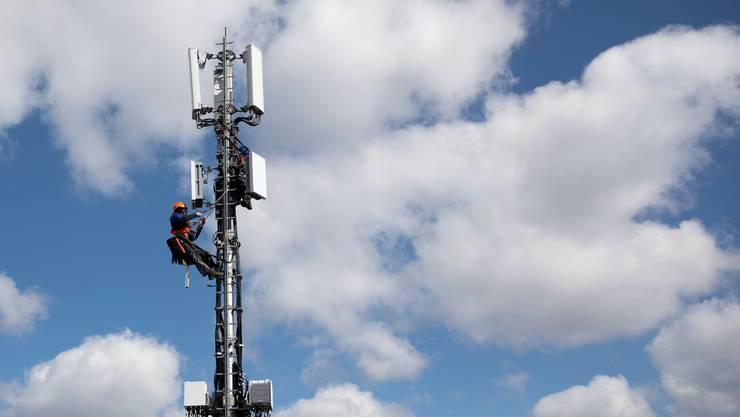 Techniker an einer 5G-Antenne: Der Netzausbau geht zwar voran, doch die Hindernisse werden grösser.