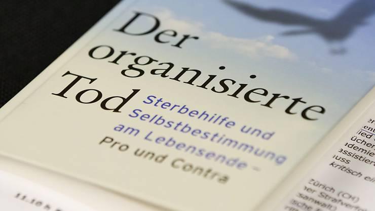 """Das Buch """"Der organisierte Tod. Sterbehilfe und Selbstbestimmung am Lebensende - Pro und Contra"""" wurde am Exit-Sterbehilfe-Kongress vor drei Jahren vorgestellt. Es bildet noch immer den Leitfaden für die heute über 90'000 Mitglieder der Organisation (Archiv)"""