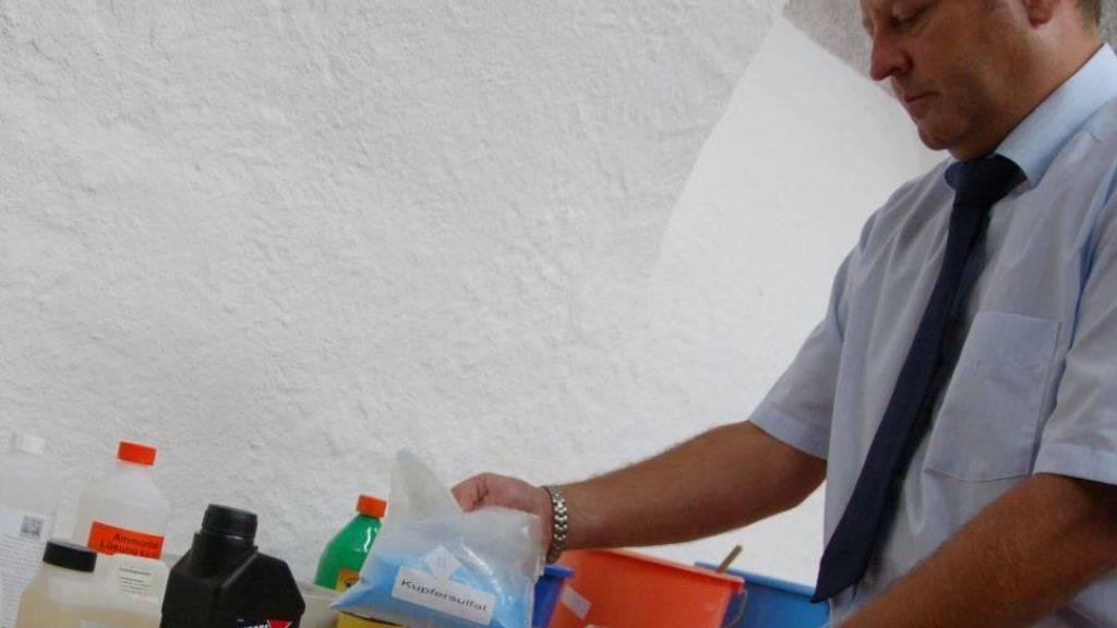 Aceton, Kupfersulfat & Co.: Frei verkäufliche Stoffe können für Sprengstoffe verwendet werden. Im Bild zeigt der Lörracher Ermittler Jürgen Winkler die Chemikalien, die 2009 bei einem Neonazi sichergestellt wurden.