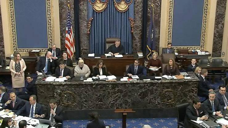 Eine Angestellte des Senats bringt im Impeachment-Verfahren gegen US-Präsident Donald Trump eine schriftlich gestellte Frage zum Obersten Richter John Roberts.