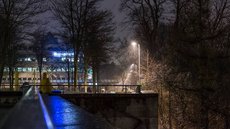 Ein Mann verletzte sich in Bern schwer: Grund war vermutlich ein Sturz über eine acht Meter hohe Plattform. (Symbolbild)