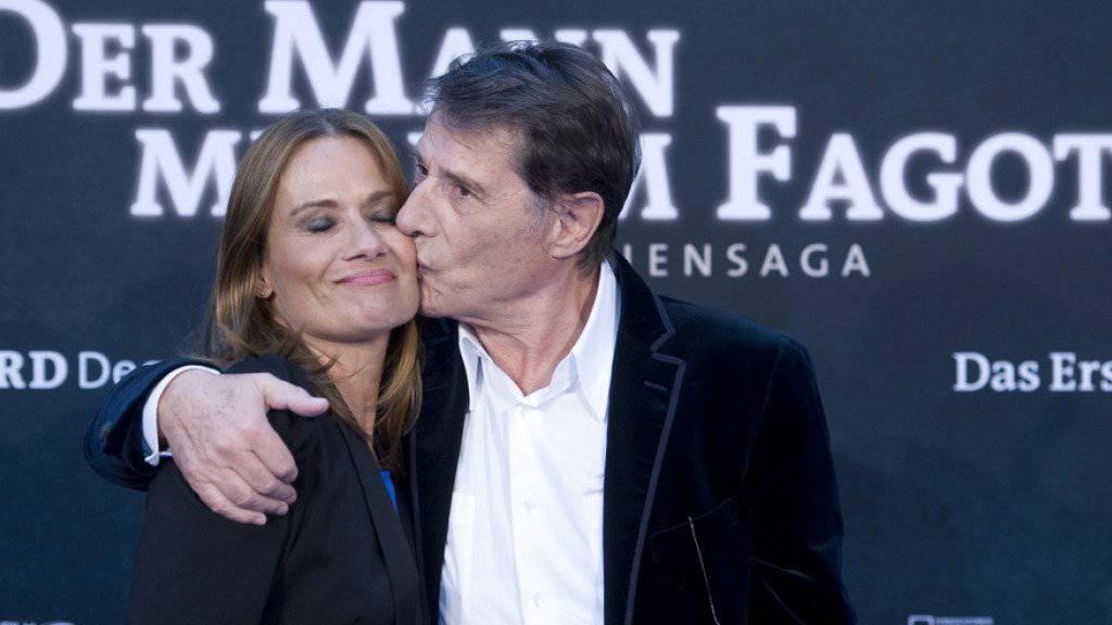 """Udo Jürgens küsst seine Tochter Jenny im September 2011 in Berlin bei der Premiere des Films """"Der Mann mit dem Fagott"""" (Archiv)"""