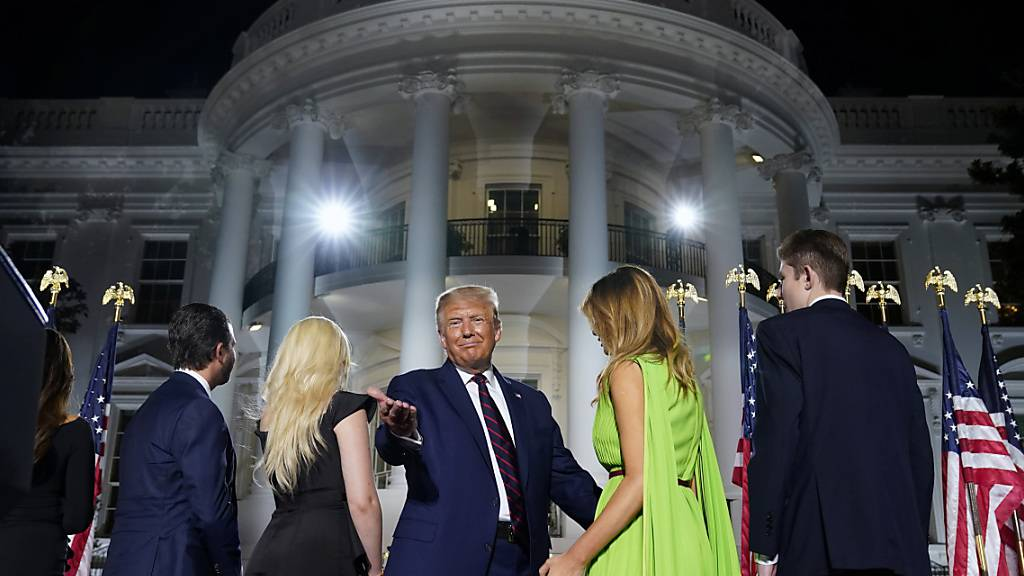 US-Präsident Donald Trump tritt mit seiner Familie am Wahlparteitag der Republikaner vor dem Weissen Haus auf. (Foto: Evan Vucci/AP/ Keystone)