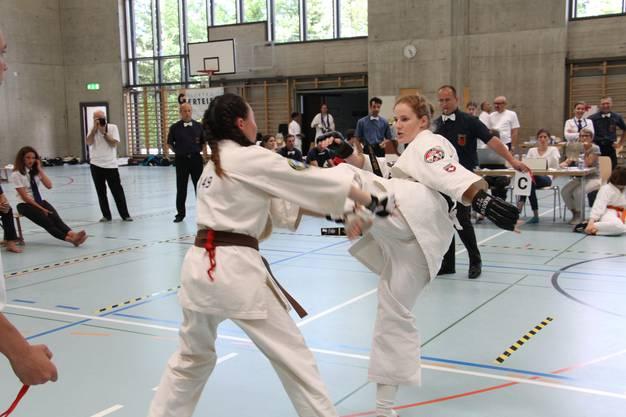 Sempai Chantal Gauch (r.) setzt ihre Kontrahentin im Finalkampf unter Druck