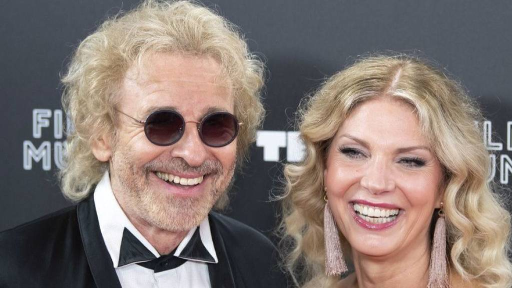 Thomas Gottschalk (l) präsentiert im Juni 2019 beim Münchner Filmfest seine neue Freundin Karina Mross (r). (Archiv)