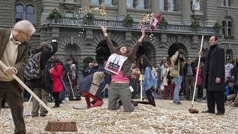 Bei der Übergabe der Unterschriften für ein bedingungsloses Grundeinkommen im Oktober 2013 bedeckten 8 Millionen Fünfrappenstücke den Bundesplatz in Bern.