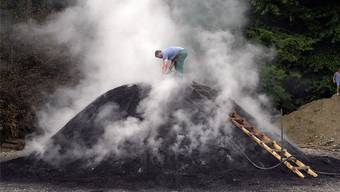 Ein Kohlenmeiler wie dieser wird im Herbst in Untersiggenthal aufgestellt – und löst einen Konflikt aus. Oliver Menge/Archiv