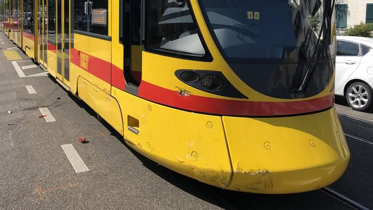 Auf der Hauptstrasse in Reinach ereignete sich eine Kollision zwischen einem Tram und zwei Personenwagen.