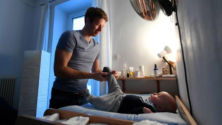 Wie viel Freitage sollen frischgebackene Väter erhalten? Dazu sind sich auch die Kantone uneins.