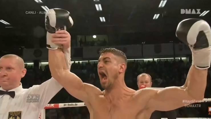 Davide Faraci jubelt über seinen Sieg gegen Emre Cukur