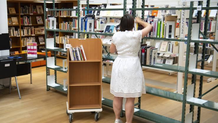 Schweizer Bibliotheken verfügen tendenziell über immer weniger Bücher. Dafür nimmt der Bestand an elektronischen Medien zu. (Archivbild)