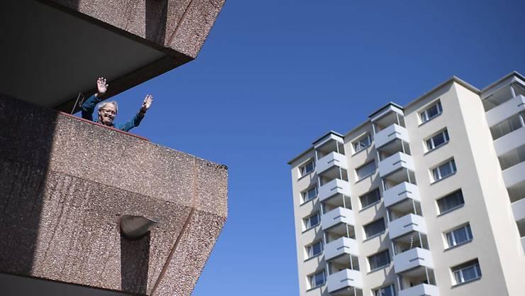 Jetzt unterhält man sich vielleicht vom Balkon aus. (Archivbild)