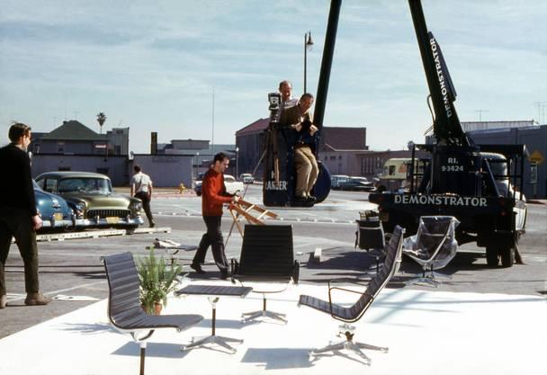 Photoshooting der Aluminium-Stühle, 1960.