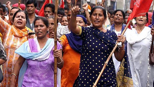 Indische Frauen gehen gegen steigende Preise auf die Strasse
