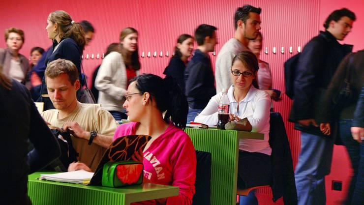 Viele Studenten hätten nach dem Bachelor-Studium nicht die Fähigkeiten, um im Arbeitsmarkt zu bestehen, sagt Ökonom Rudolf Strahm.