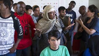Asylsuchende in der Asylunterkunft Eschenhof in Gampelen BE. Die Zahl der Gesuche ging im ersten Halbjahr 2019 um 10 Prozent zurück. (Archivbild)
