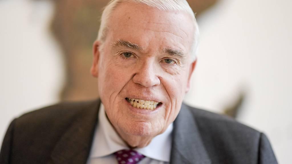 Grossaktionär Klaus-Michael Kühne warnt vor einer enormen Schrumpfung des Logistikkonzerns Kühne+Nagel aufgrund der Coronavirus-Pandemie. (Archivbild)