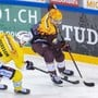 SCB-Spieler Calle Andersson (links) im Duell mit dem Genfer Tommy Wingels