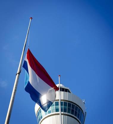 Auf dem Flughafen in Eindhoven weht die holländische Fahne auf Halbmast.