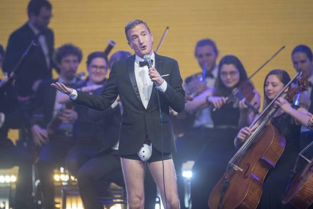 Die freizügige Showeinlage zu Beginn der Swiss Music Awards von Moderator Stefan Büsser.