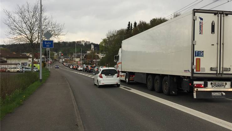 Der Verkehr staut sich bei der südlichen Suhrer Ortseinfahrt zurück in Richtung Gränichen – im Extremfall bis hinauf zur Abbiegung Schürbergstrasse. Anja Suter