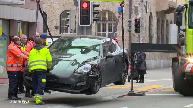 Porsche-Fahrer ignoriert rote Ampel