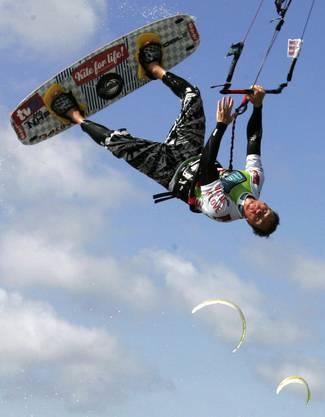 Kitesurfer am fliegen