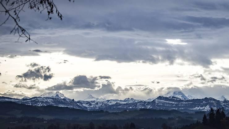 Föhnstimmung über den Berner Alpen mit Eiger, Mönch und Jungfrau am Mittwoch, 23. November 2016, bei Affoltern im Emmental. (Archiv)
