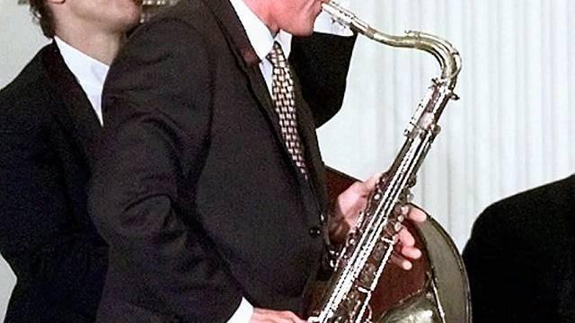 Bill Clinton am Saxofon (Archiv)
