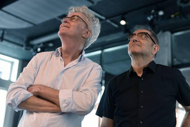 Projektinitianten Bruno Deckert, links, und Filmemacher Samir, rechts, im Kulturhaus KOSMOS in Zürich.