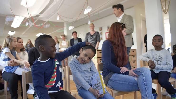 Eröffnung Kindergarten Perron 3 mit Stadtpräsident François Scheidegger, Gesamtschulleiter Hubert Bläsi, Schulleiterinnen Kastels und Eichholz, Eltern und Kindern.