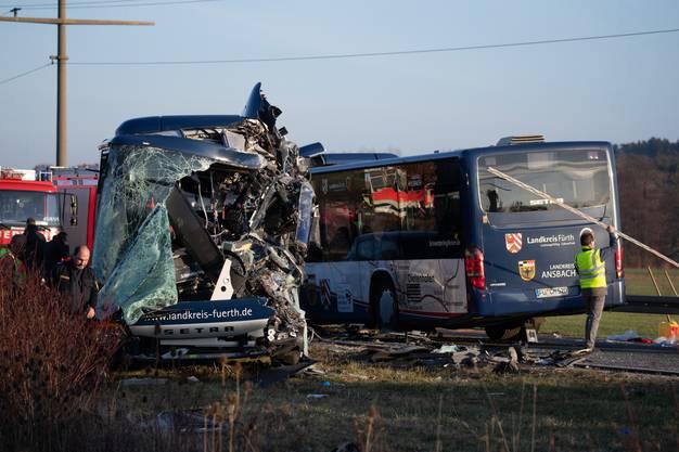 Mindestens vier Menschen wurden mit schwerem Gerät von der Feuerwehr aus Trümmern der Busse befreit.